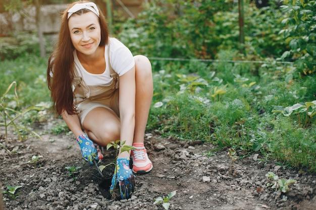 Belle femme travaille dans un jardin