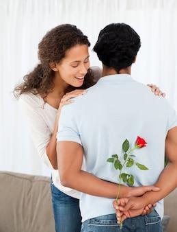 Belle femme trouvant une rose cachée par son petit ami