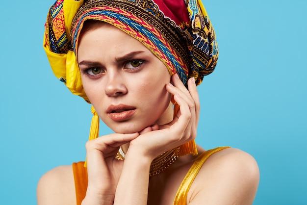 Belle femme en turban multicolore look attrayant bijoux sourire modèle de studio. photo de haute qualité