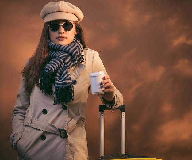 Belle femme va voyager pendant l'automne