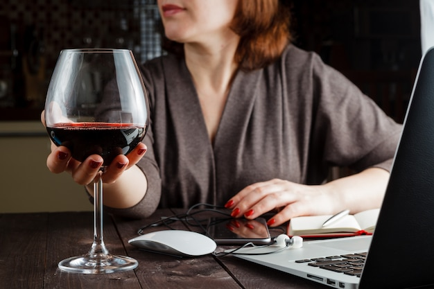 Belle femme, à, verre, vin rouge