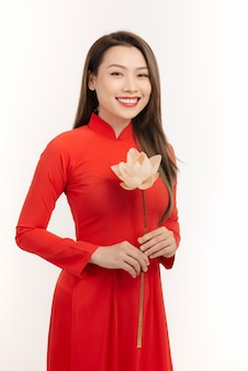 Belle femme vietnamienne avec des fleurs de lotus