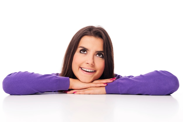 Belle femme en violet regardant l'espace de copie