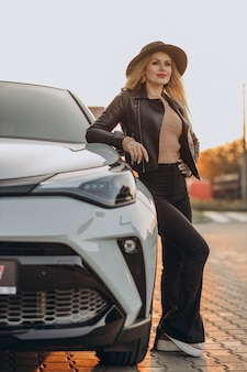Belle femme voyageant par sa voiture