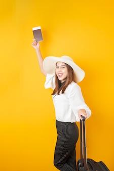 Belle femme de voyageur est excitant sur fond jaune