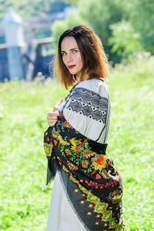Belle femme yang ukrainienne vêtue d'une robe ethnique moderne traditionnelle.