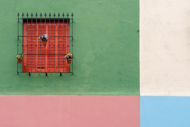 Belle fenêtre sur les murs multicolores.
