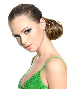 Belle fille adolescente avec une coiffure moderne, isolée sur blanc