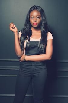 Belle fille afro-américaine posant