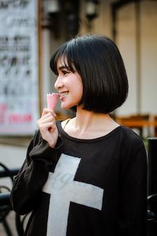 Belle fille appréciant manger de la crème glacée