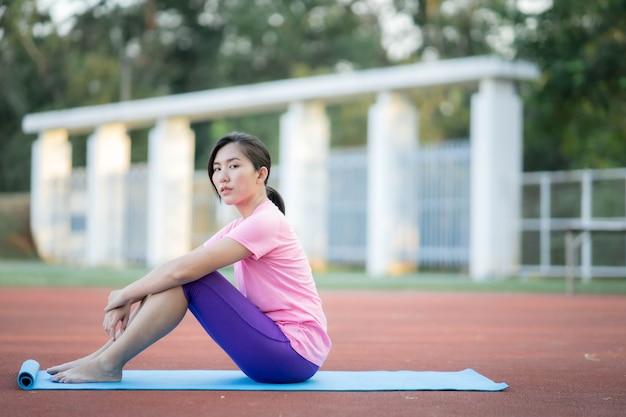 Belle fille asiatique faisant du yoga en plein air