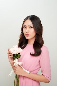 Belle fille asiatique avec des fleurs. peau parfaite.