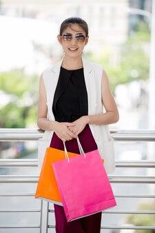 Belle fille asiatique marche et shopping dans la rue de la ville urbaine