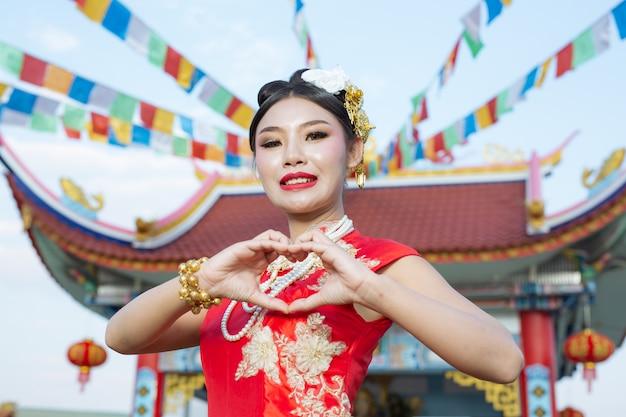 Une belle fille asiatique portant un culte rouge