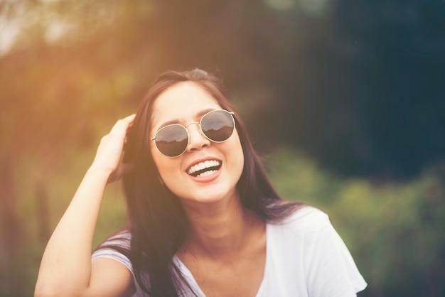 Belle fille asiatique sourit dans le jardin, concept de nature en plein air