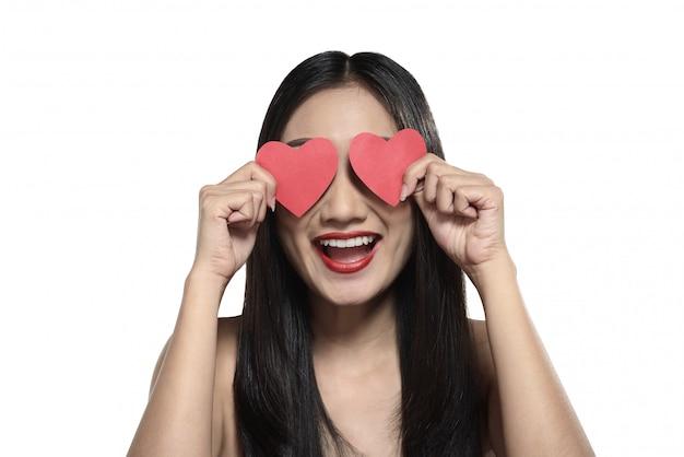Belle fille asiatique tenant coeur rouge