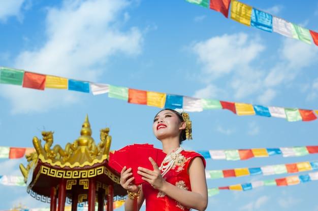 Une belle fille asiatique vêtue d'une robe rouge