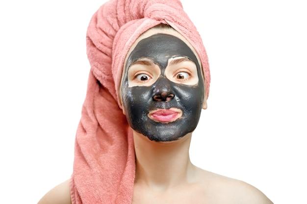 Belle fille assez sexy avec un masque noir sur fond blanc