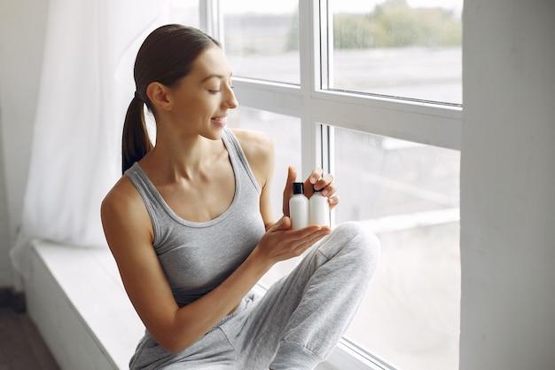 Belle fille assise dans un studio avec de la crème