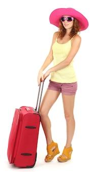 Belle fille au chapeau de plage avec valise sur blanc