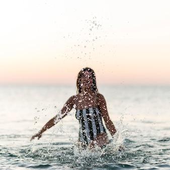 Belle fille au concept de plage
