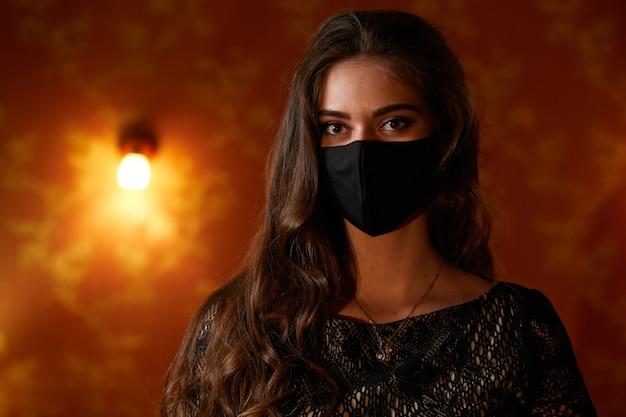 Belle fille au masque noir