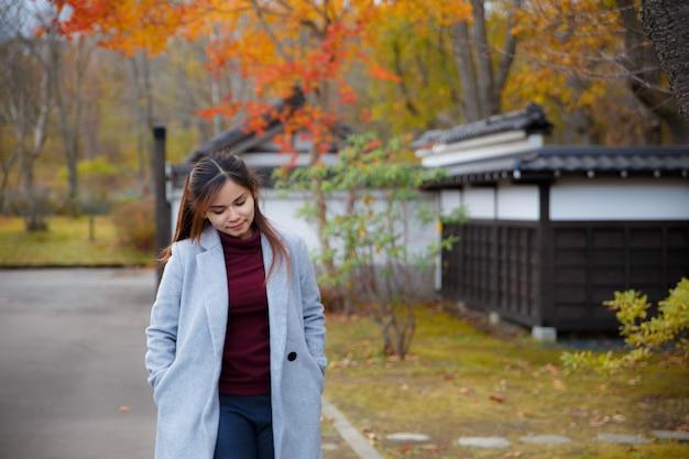 Belle fille en automne