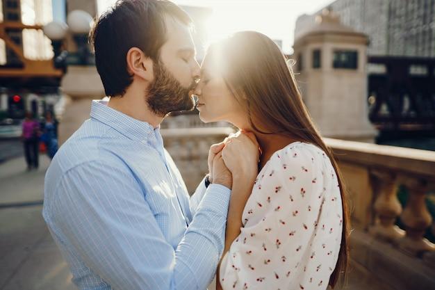 Belle fille aux cheveux longs en robe d'été avec son beau mari