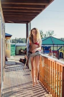 Belle fille aux cheveux longs avec un wakeboard