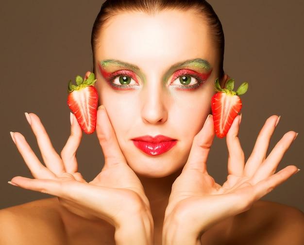 Belle fille aux fraises