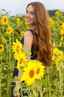 Belle fille aux tournesols