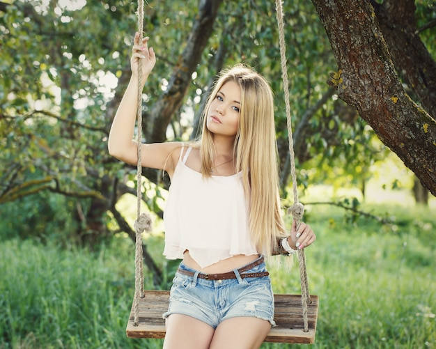Belle fille sur une balançoire