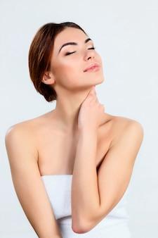 Belle fille avec un beau concept de maquillage, de jeunesse et de soins de la peau