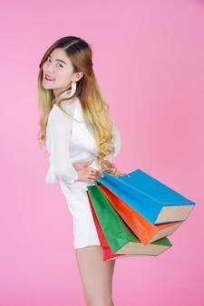 Belle fille blanche tenant un sac de shopping, mode et beauté