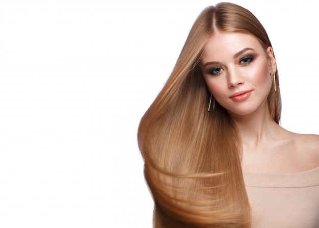 Belle fille blonde aux cheveux parfaitement lisses