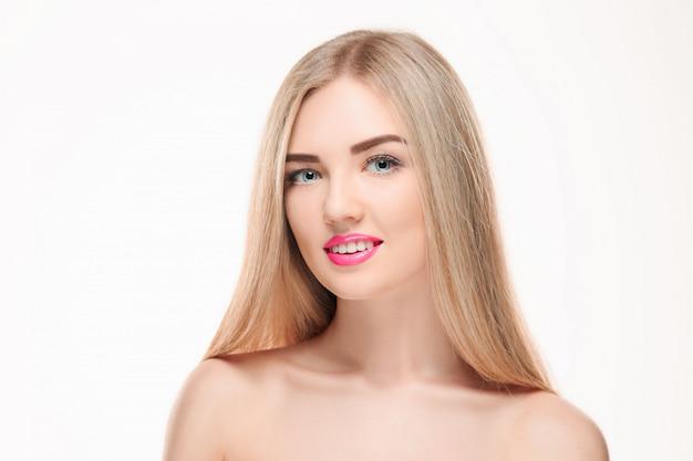 Belle fille blonde. cheveux longs en bonne santé