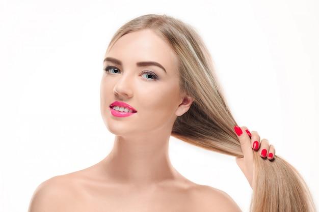 Belle fille blonde. cheveux longs en bonne santé.