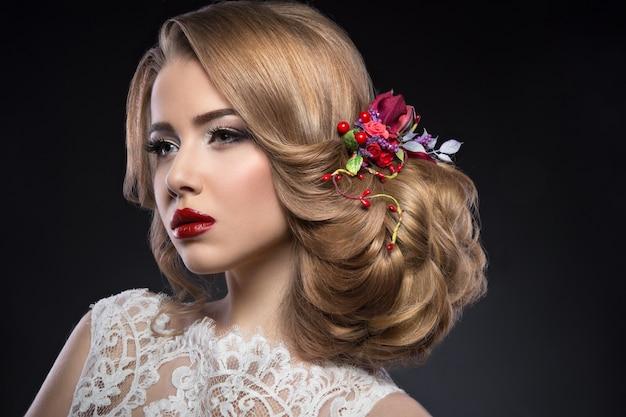 Belle fille blonde à l'image de la mariée avec des fleurs violettes sur la tête. beau visage.