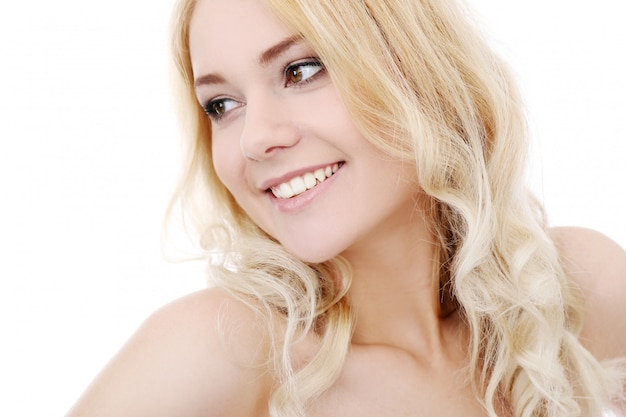 Belle fille blonde isolée