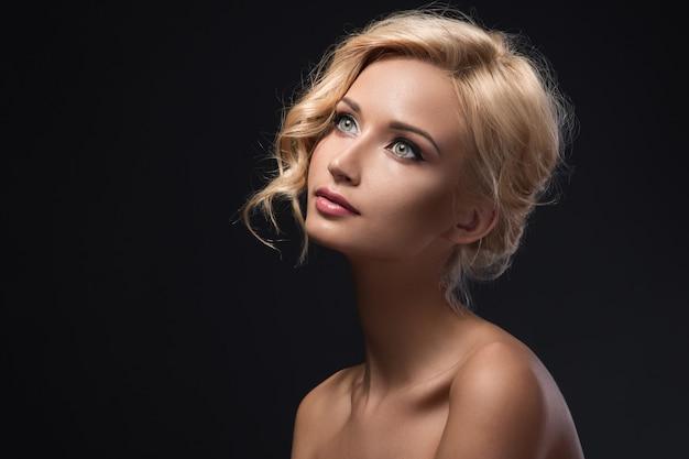 Belle fille blonde avec joli visage