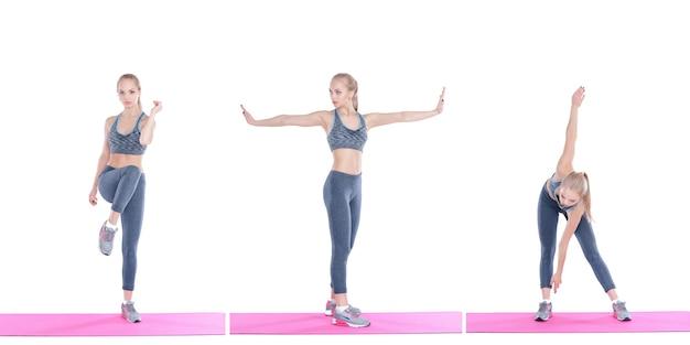 Belle fille blonde en tenue de sport fait des exercices sur tapis de fitness sur fond blanc collection de jeu