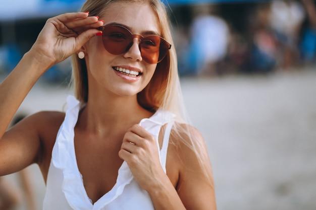 Belle fille blonde en vacances