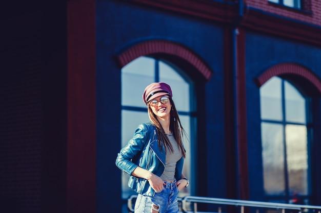 Belle fille branchée dans des lunettes de soleil élégantes