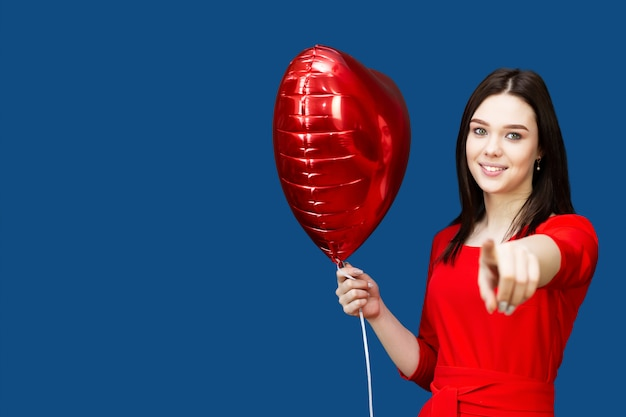 Belle fille brune avec ballon rouge