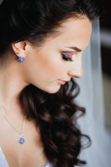Belle fille brune, maquillage tendance, bijoux
