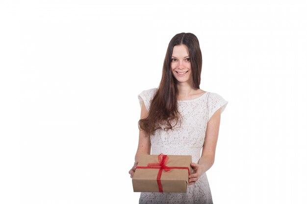 Belle fille avec un cadeau