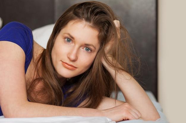 Belle fille caucasienne couchée