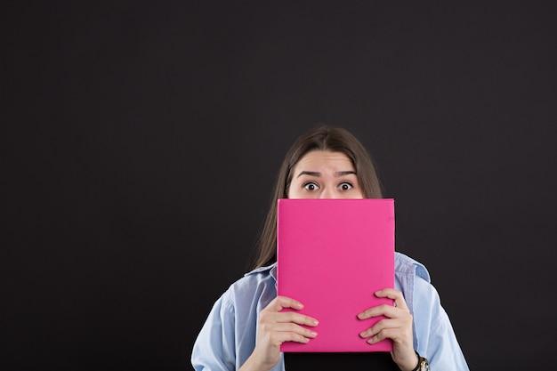 Belle fille caucasienne avec livre
