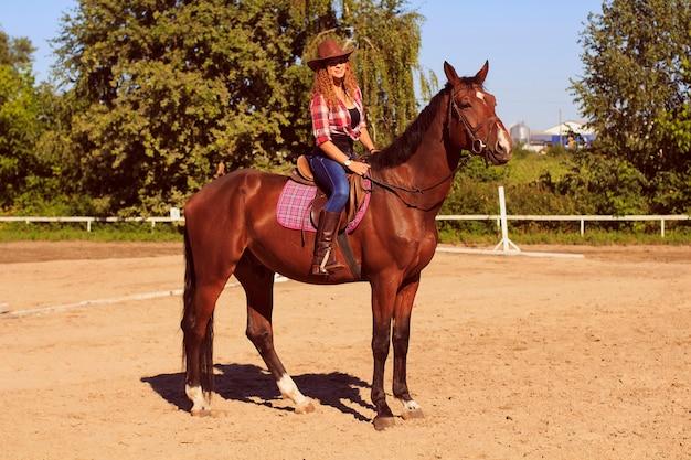 Belle fille à cheval dans la campagne