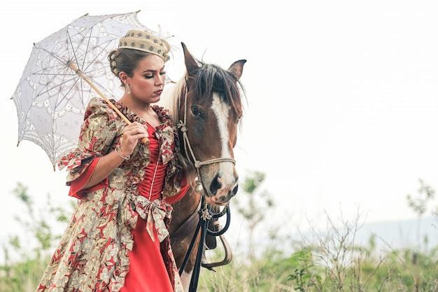 Belle fille et cheval en été